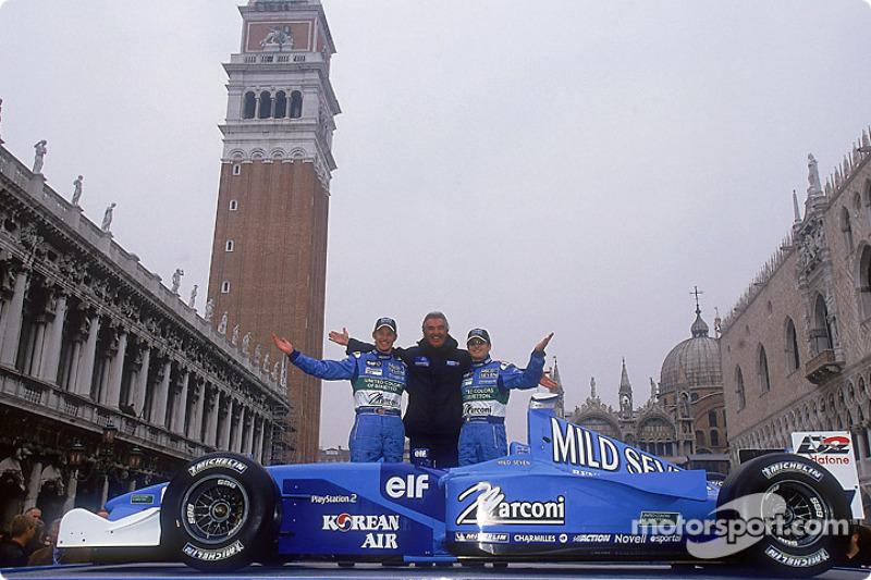 Flavio Briatore, directeur de l'équipe, aux côtés des pilotes