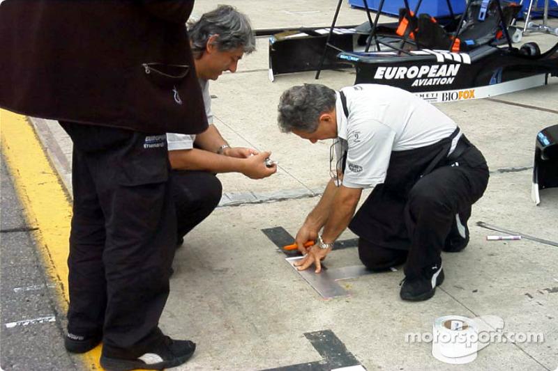 Minardi's crew preparing the pitstop marks