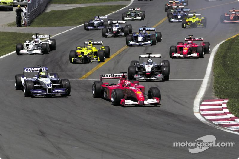 La arrancada: Michael Schumacher enfrente de su hermano Ralf y de David Coulthard