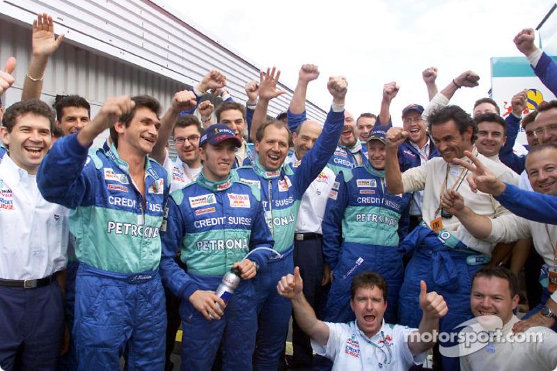 Kimi Raikkonen, Nick Heidfeld y el Equipo Sauber celebrando otra buena carrera