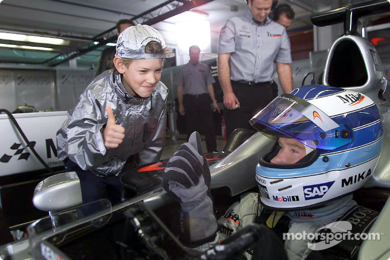 Mika Hakkinen at the set of the MobileKids TV trailer, together with young actor Konstantin Königsberger called Thilo