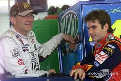 Dale Jarrett et Jeff Gordon discutent dans le garage à Pocono