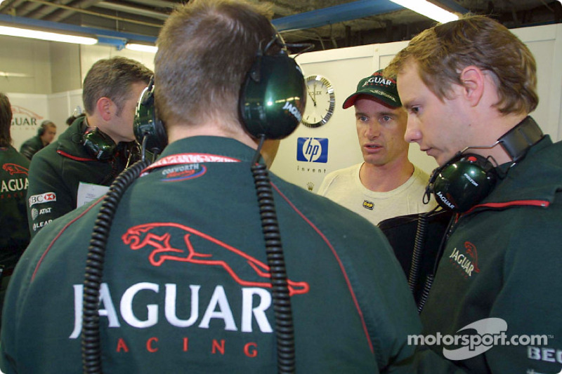 Eddie Irvine discussing with his engineers