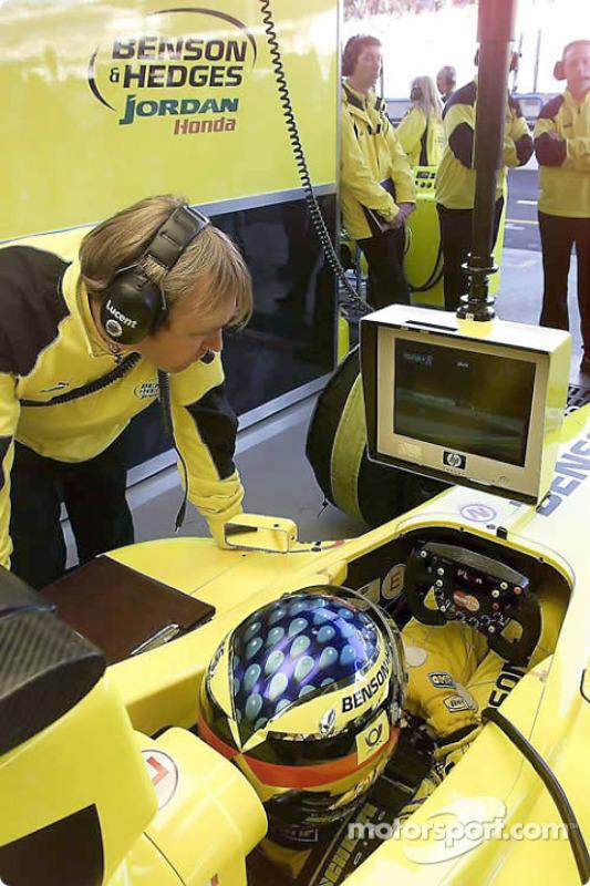 Jean Alesi dans le garage