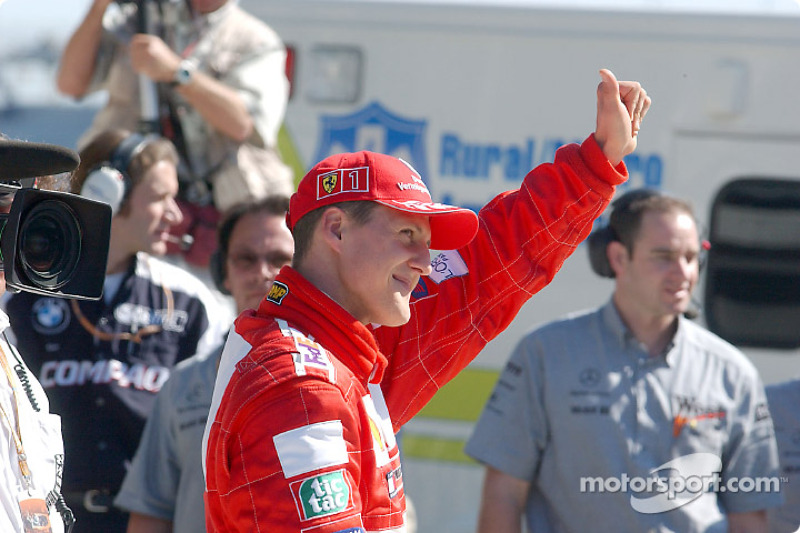 En la parrilla: Michael Schumacher saludando