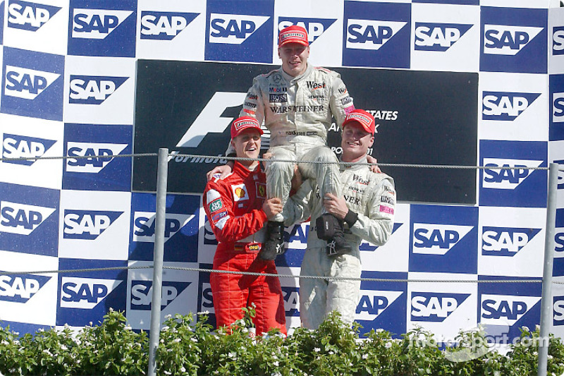El podio: el ganador de la carrera Mika Hakkinen con Michael Schumacher y David Coulthard
