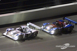Porsche n°38 d'Andy Wallace et Hurley Haywood avec la Judd Lola n°37 de Jon Field et Oliver Gavin sur le banking de Daytona