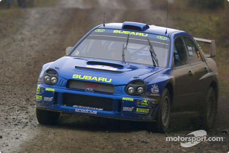 Richard Burns, con un Subaru Impreza en el Rally de Gran Bretaña 2001