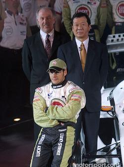 Jacques Villeneuve con David Richards y Toru Ogawa