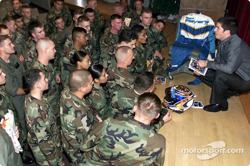 Patrick Carpentier discute avec un groupe de Marines à Camp Pendleton, une base militaire US