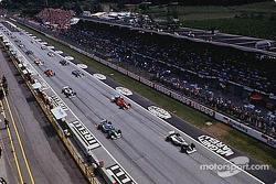 Старт гонки: Айртон Сенна на поул-позиции