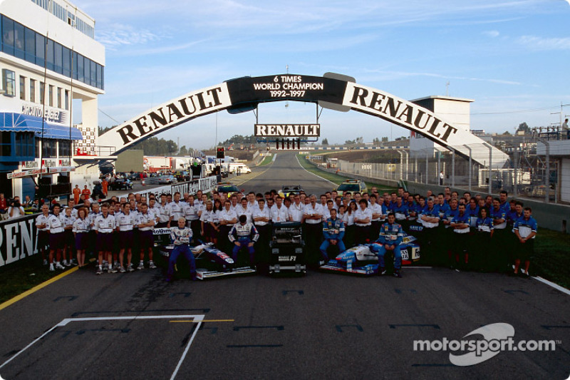 Los equipos Williams y Benetton celebrando los seis campeonatos mundiales de Renault: Jacques Villeneuve, Heinz-Harald Frentzen, Gerhard Berger y Jean Alesi