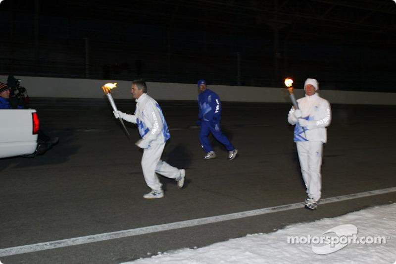 Eddie Cheever commence son relais avec la flamme olympique