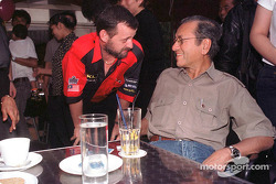 Paul Stoddart con el vice Primer Ministro de Malasia, Dato' Seri Dr Abdullah Ahmad Badawi