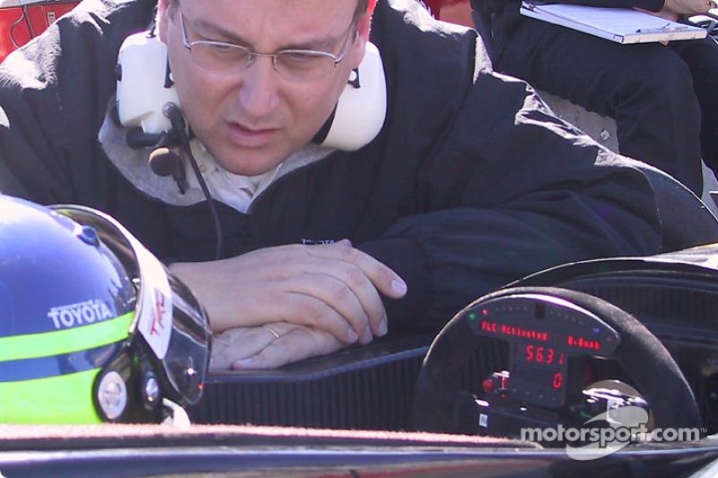 Cristiano da Matta discussing with his engineer