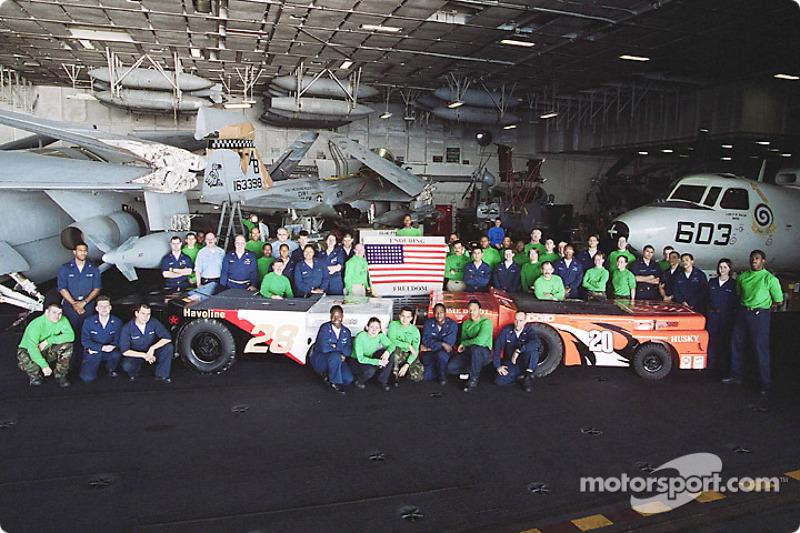 Carte postale du USS Theodore Roosevelt : Tony Stewart et Ricky Rudd affichent les couleurs de leurs