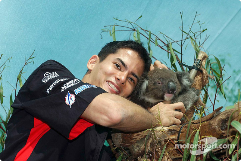 Visit at the Melbourne Zoo: Alex Yoong with a koala