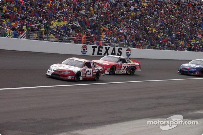 Joe Nemechek et Jeff Green chauffent la piste