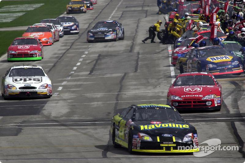 Rick Rudd saca su Havoline Ford de los pits en las primeras vueltas de la carrera