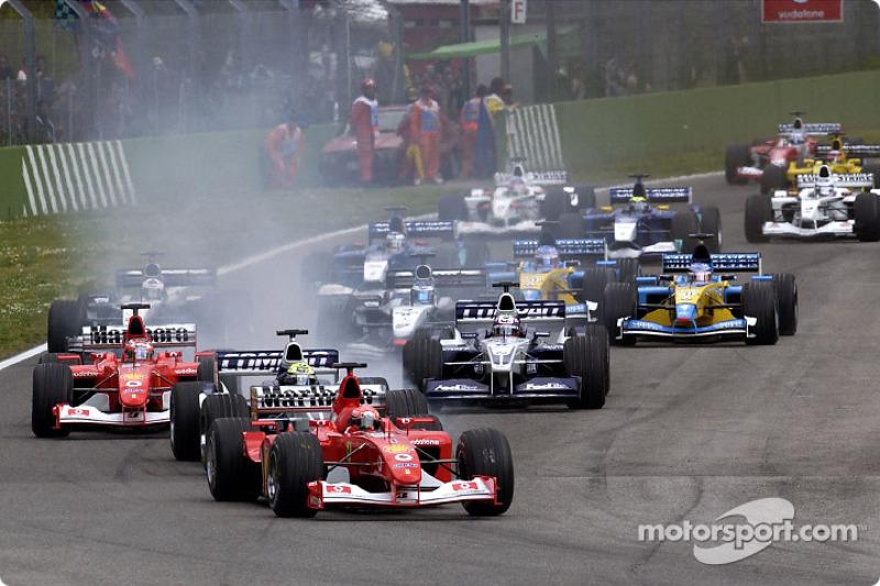 El inicio: Michael Schumacher delante de Ralf Schumacher y Rubens Barrichello