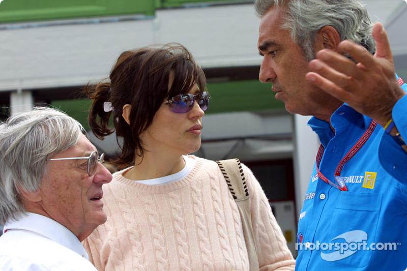 Bernie y Slavica Ecclestone discutiendo con Flavio Briatore