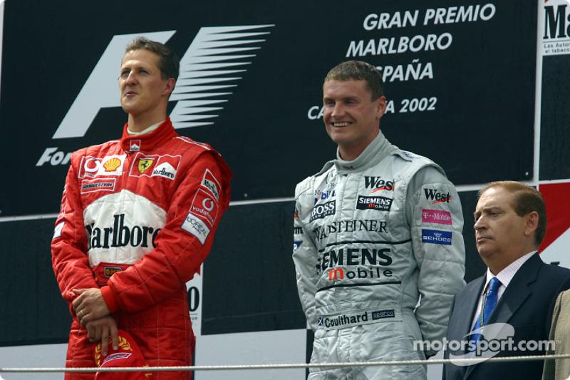 Podio: el ganador de la carrera, Michael Schumacher y David Coulthard