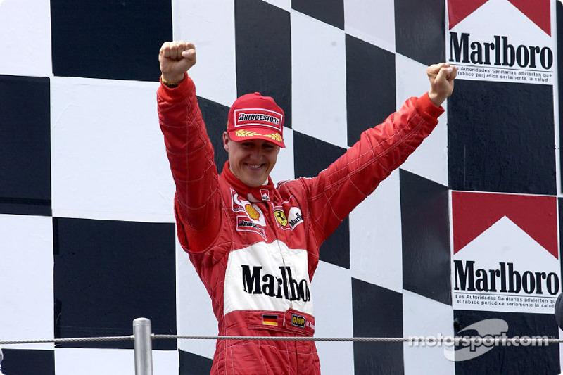 El ganador de la carrera, Michael Schumacher en el podio