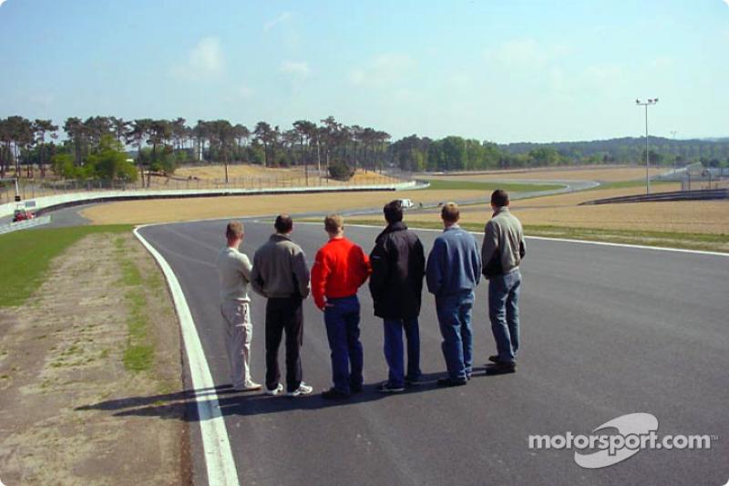 Los pilotos de Panoz revisan las nuevas adiciones al circuito de las 24 Horas de Le Mans