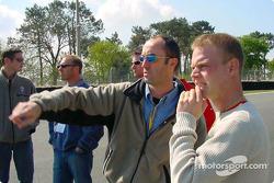 Pilotos de Panoz revisan las nuevas adiciones al circuito de las 24 Horas de Le Mans: David Brabham y Jan Magnussen