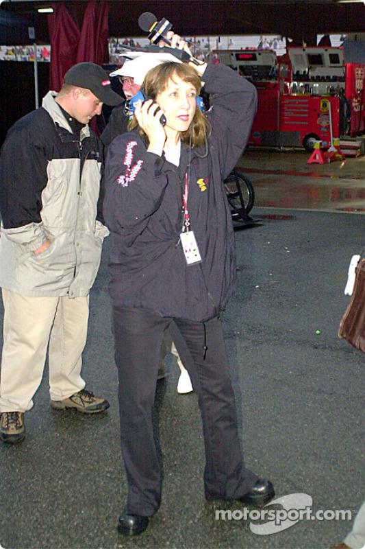 Claire B. Lange trabajando en sus entrevistas de NASCAR para XM radio y evitando la lluvia