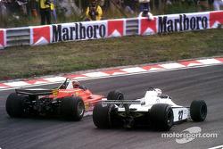 Gilles Villeneuve überholt Alan Jones auf der Außenbahn der Tarzan-Kurve
