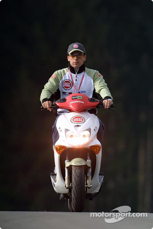 Olivier Panis a bordo de su Honda Scooter alrededor del circuito A1-Ring