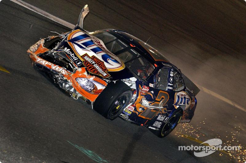 El intento de Rusty Wallace por una gran paga terminó en la vuelta 14, cuando se involucró en el primer accidente de la tarde