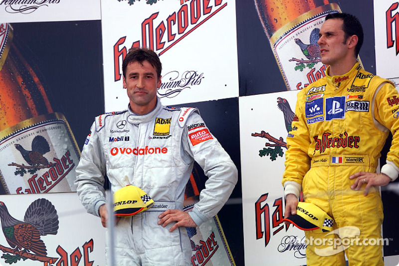 El podio: el ganador de la carrera, Laurent Aiello con Bernd Schneider