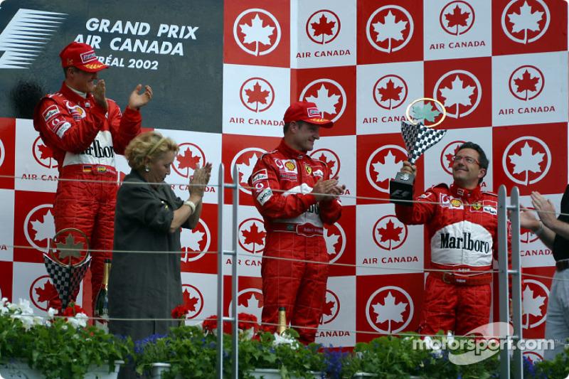 El podio: Luca Baldisserri recibiendo el trofeo de constructores