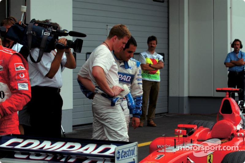 Ralf Schumacher y Juan Pablo Montoya checando el Ferrari