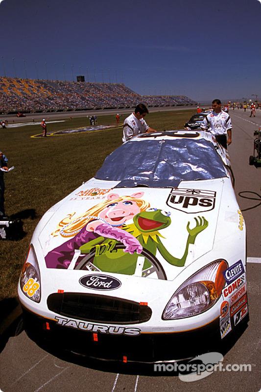 El UPS Ford Taurus de Dale Jarrett celebra 25 años del Show de los Muppets