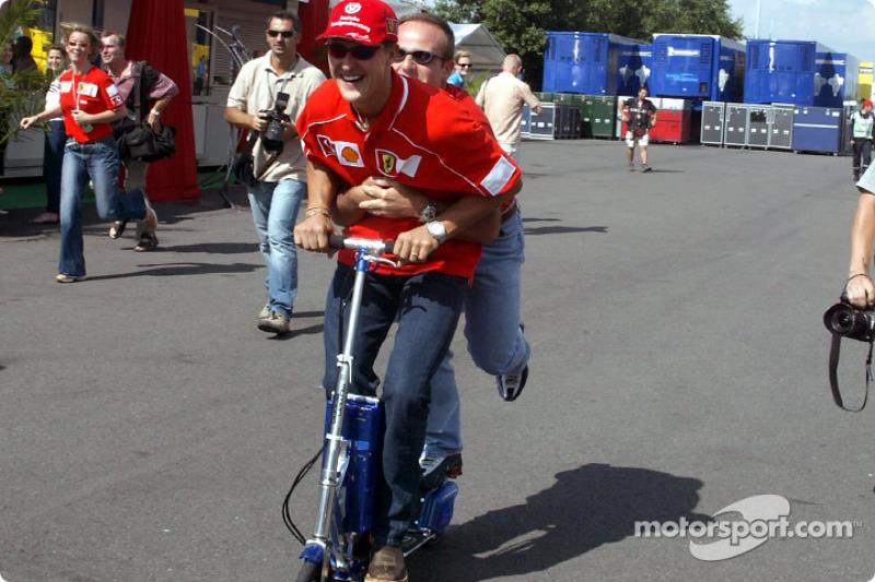 Michael Schumacher y Rubens Barrichello divirtiéndose
