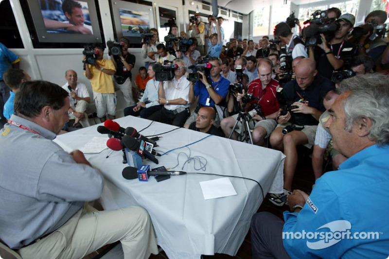 Announcement of Fernando Alonso as the Renault F1 race driver for 2003: Patrick Faure and Flavio Bri