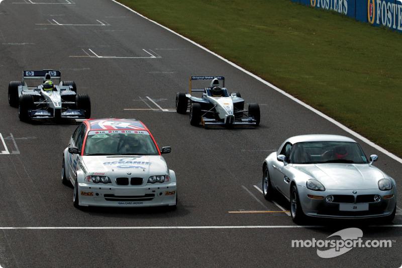 Ralf Schumacher en el WilliamsF1 BMW FW24, Bruno Giacomelli en el BMW Z8, Tom Coronel en el BMW 320i Touring car y Jürg Müller en el Formula BMW