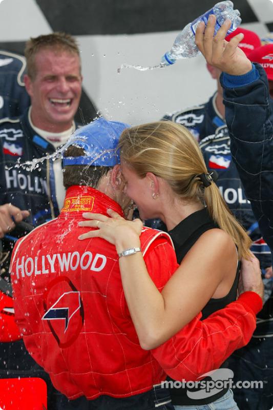 Le gagnant de la course Felipe Giaffone célébrant sa victoire