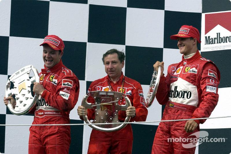 El podio: el ganador de la carrera, Rubens Barrichello con Jean Todt y Michael Schumacher