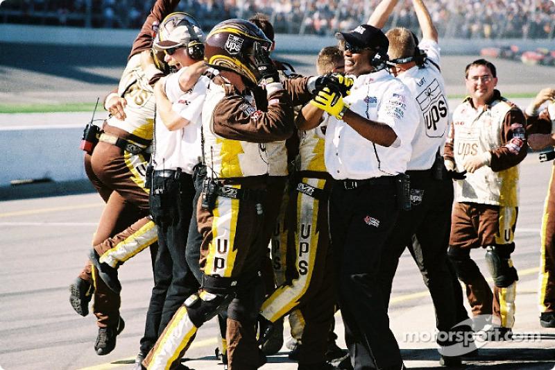 Miembros del Robert Yates Racing celebrando el triunfo de Dale Jarrett