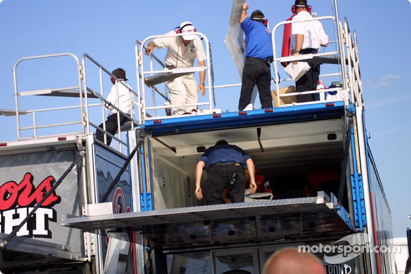 El equipo de Jeff Gordon apurándose a conseguir el auto de repuesto
