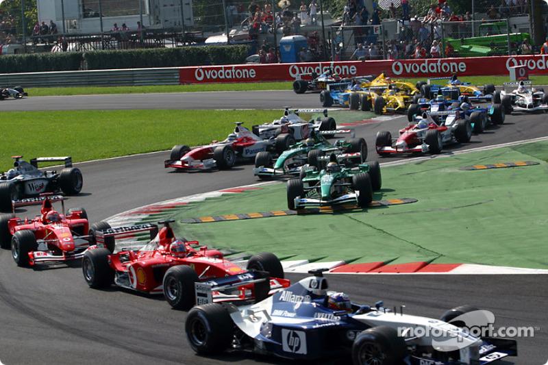 La arrancada: Juan Pablo Montoya delante de Rubens Barrichello y Michael Schumacher