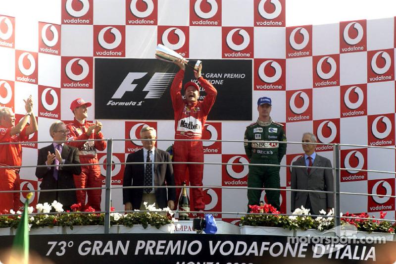 El podio: el ganador de la carrera, Rubens Barrichello con Michael Schumacher y Eddie Irvine