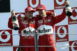 El podio: el ganador de la carrera, Rubens Barrichello con Michael Schumacher