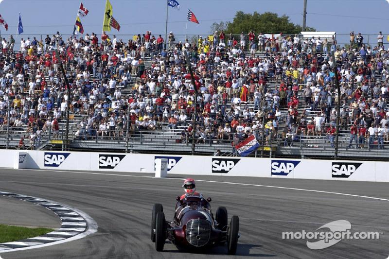 Michael Schumacher maneja el Maserati 8CTF