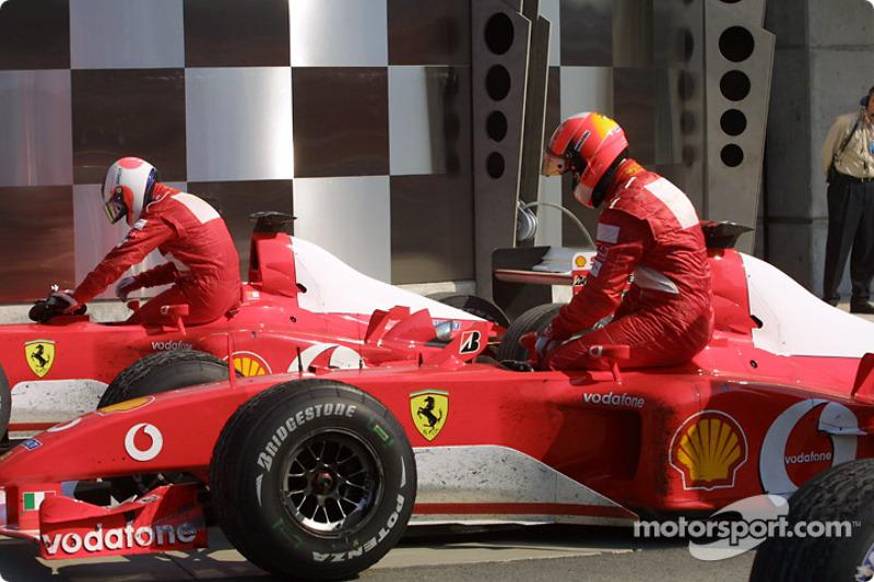 Rubens Barrichello y Michael Schumacher en parc ferme