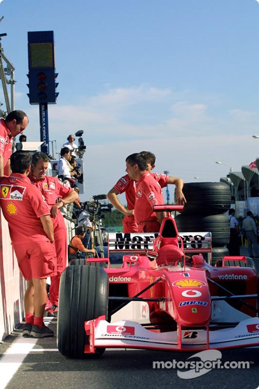 El Equipo Ferrari espera la inspección técnica